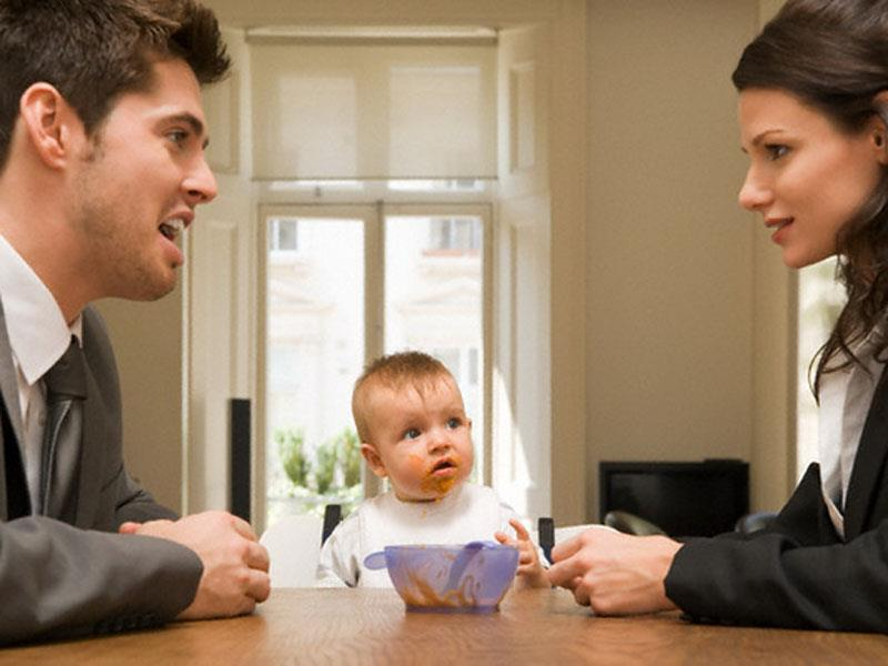 Установление отцовства не ограничено во времени. Это означает, что в суд можно обратиться в любое время. Но есть нюансы. Когда ребенок достигает совершеннолетия, то установление отцовства происходит только с его согласия. Сам процесс определения биологического отца может осложниться, если женщина будет находиться в официальном браке с другим мужчиной.