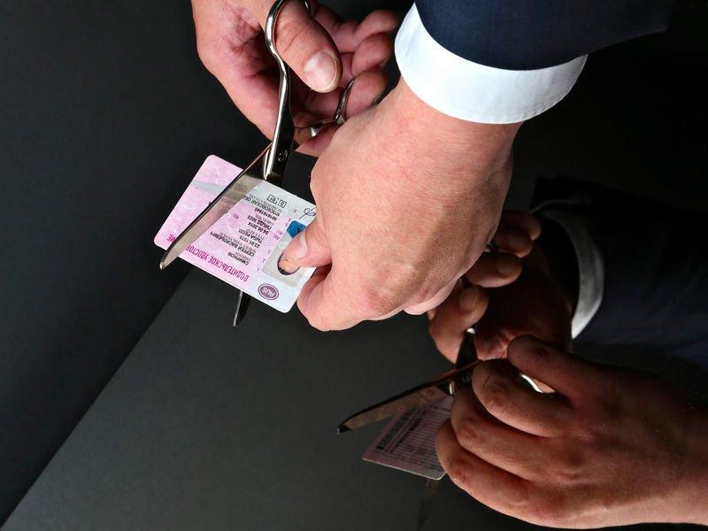 Должников лишат водительского удостоверения