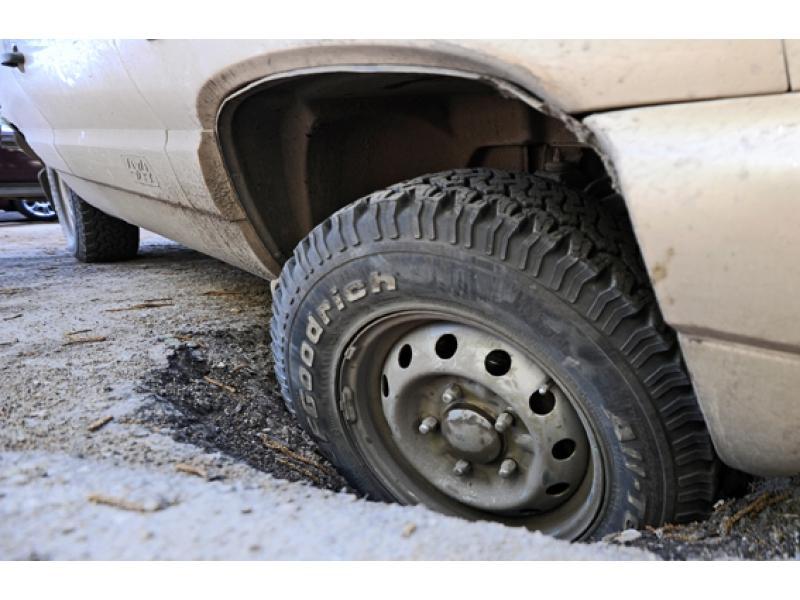 ДТП из-за ямы на дороге: как возместить ущерб?