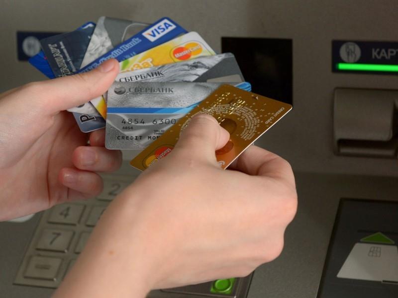 Для чего банки дарят людям кредитные карты?