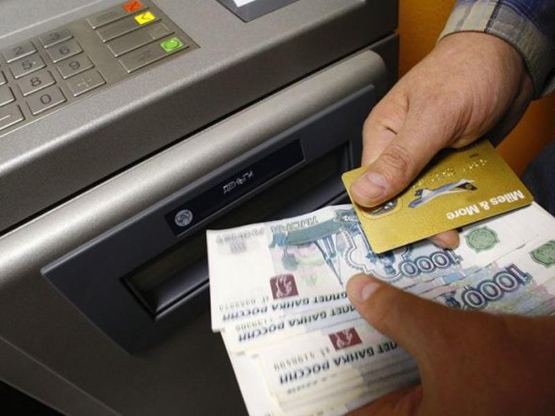 Банк увеличил комиссию за перевод денег, но суды решили, что он сам заплатит клиенту