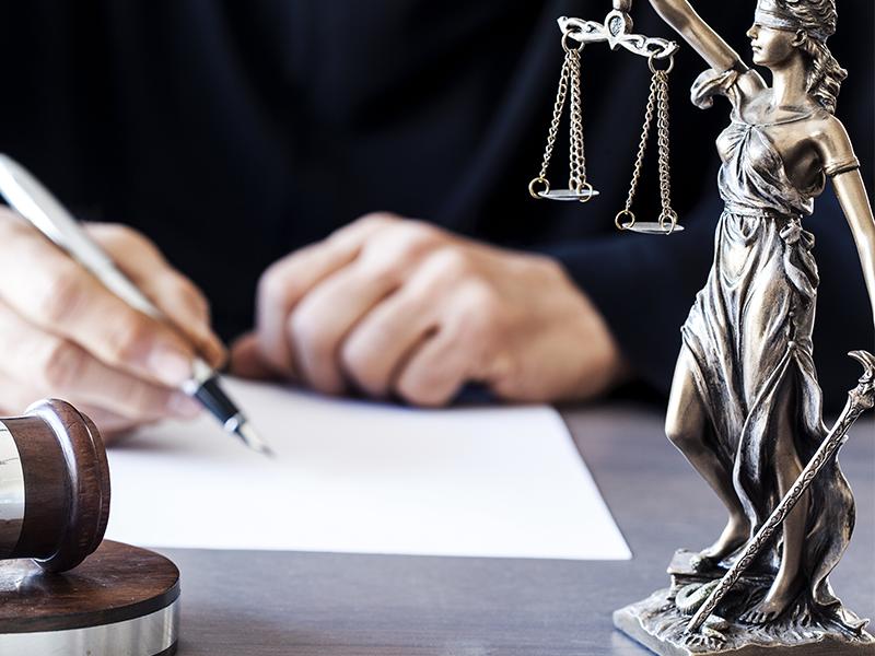 Можно ли адвоката привлечь к уголовной ответственности?