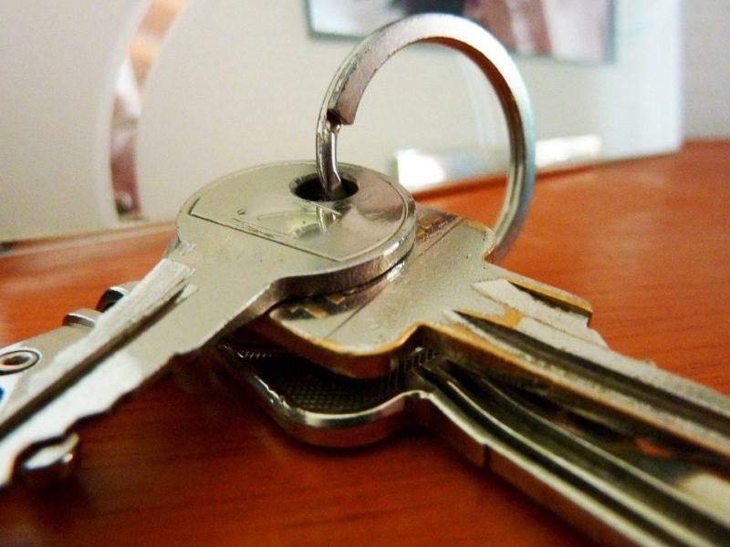 Как выселить из квартиры непрописанного человека?