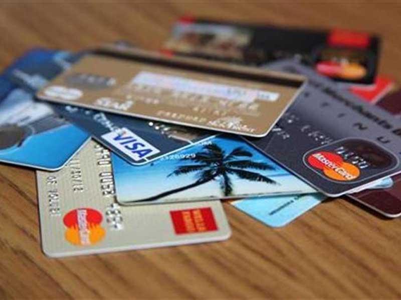 Зачем банки дают бесплатные карты?