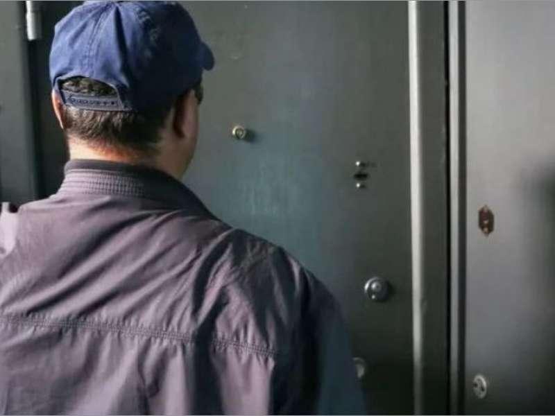Может собственник квартиры никого в нее не впускать, в т.ч. сотрудника ЖКХ?