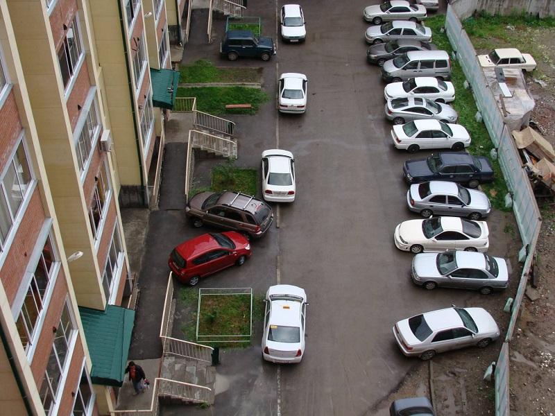 Какие законы, правила не разрешают ставить машины под окнами жилых домов?