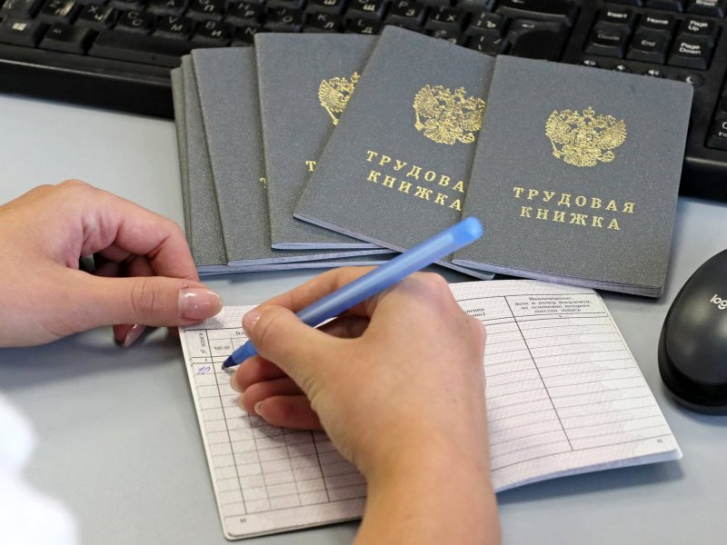 Имеет ли право работодатель выдать работнику трудовую книжку под расписку?