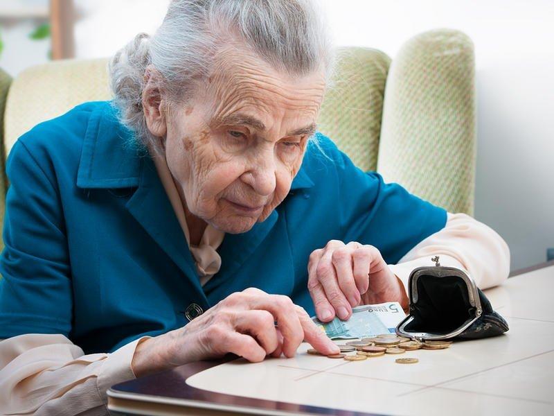 Как пенсионеру снизить платежи и за что можно не платить совсем?