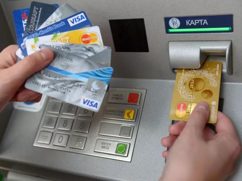 Может ли банк заблокировать зарплатную карту при долгах по кредиту?